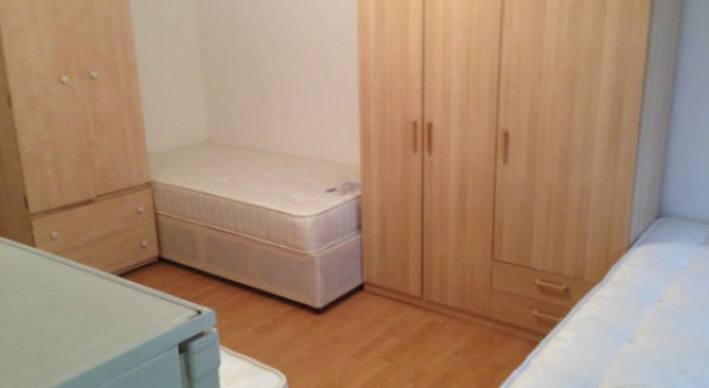 View: ROOMS in Zone 2 – Manor House station (Piccadilly line) from £90 per week